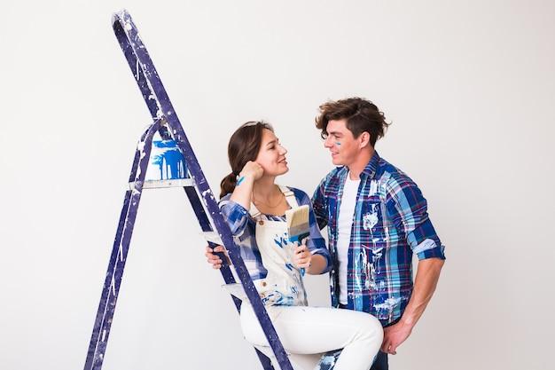 Urocza para dobrze się bawi podczas remontu.