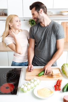 Urocza para gotuje w ich kuchni