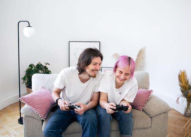 Urocza para grająca w gry wideo w pomieszczeniu