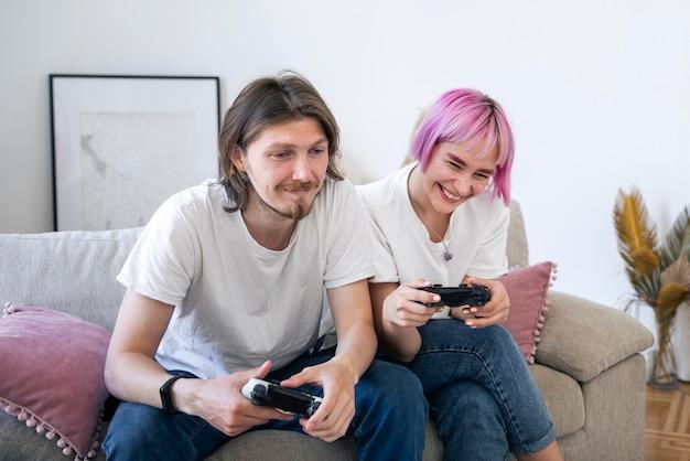 Urocza para grająca w gry wideo