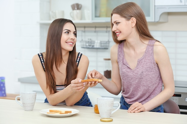 Urocza para lesbijek je razem śniadanie w jasnej kuchni