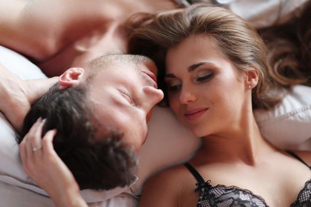 Urocza para leży w łóżku