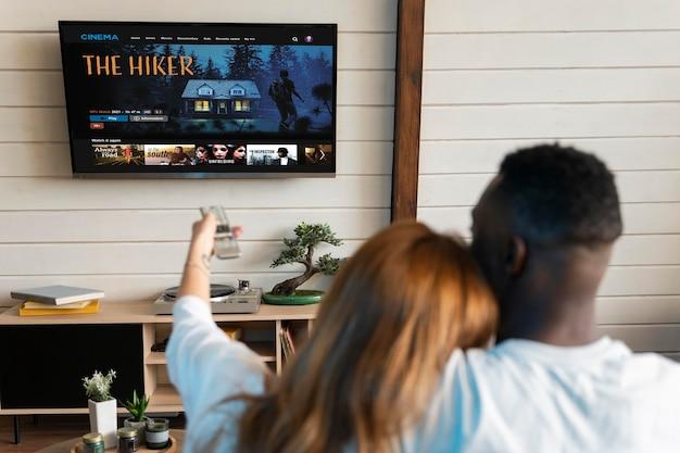 Urocza para ogląda film na netflixie