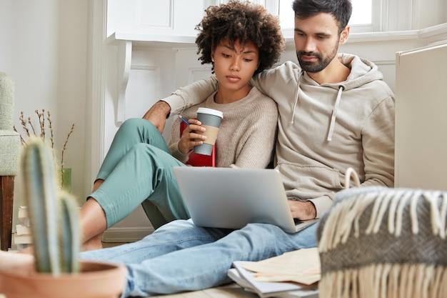 Urocza para pracująca w domu