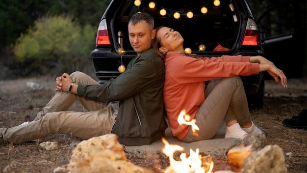 Urocza para przy ognisku