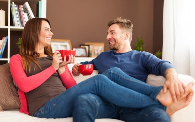 Urocza para relaksująca się w domu
