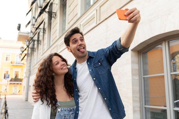 Urocza para robi sobie razem selfie