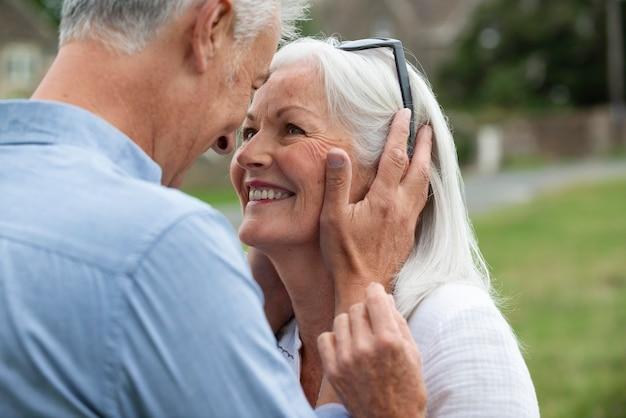 Urocza para seniorów patrząca na siebie w czuły sposób