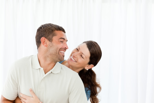 Urocza para śmiać się wpólnie w żywym pokoju