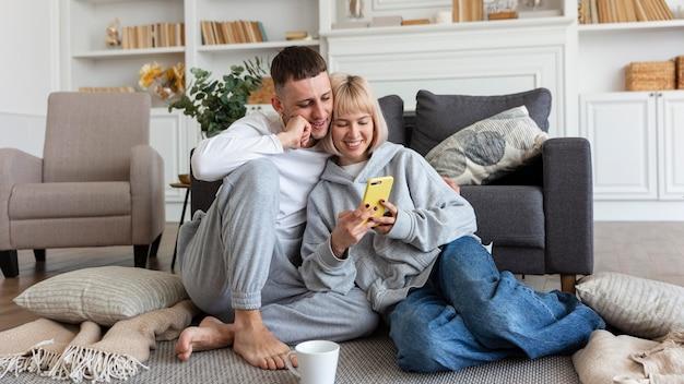 Urocza para spędzająca razem czas w domu