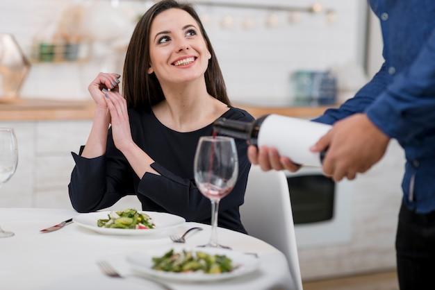 Urocza para świętuje walentynki z butelką wina