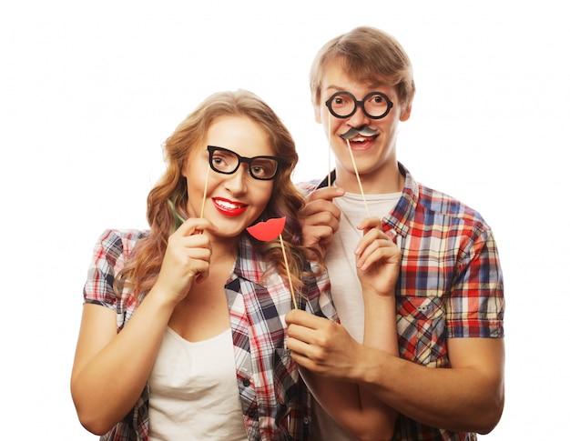 Urocza para trzymając okulary na imprezę