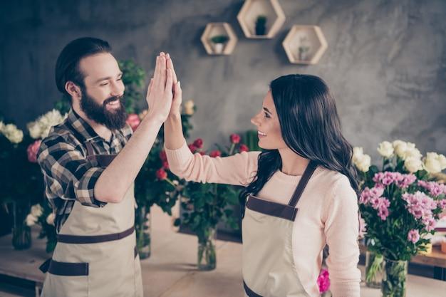 Urocza para w kwiaciarni