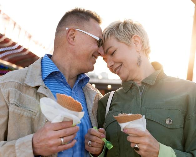 Urocza para w średnim wieku ma miłą randkę