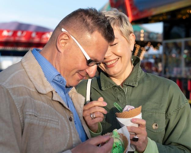 Urocza para w średnim wieku ma randkę w parku rozrywki