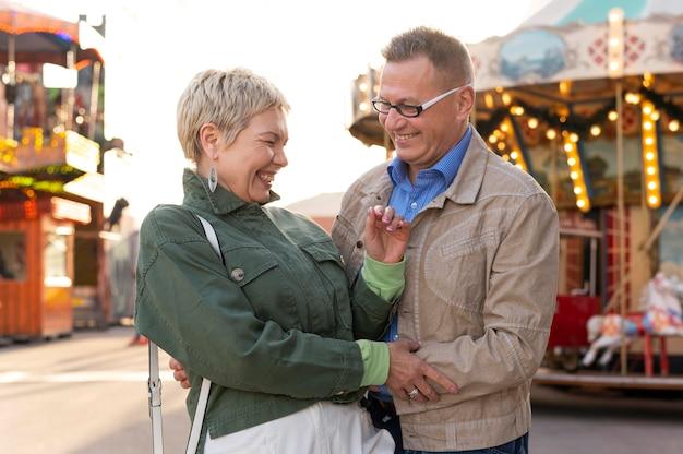 Urocza para w średnim wieku ma randkę