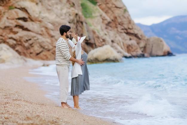 Urocza para zakochanych całujących się i obejmujących się nawzajem