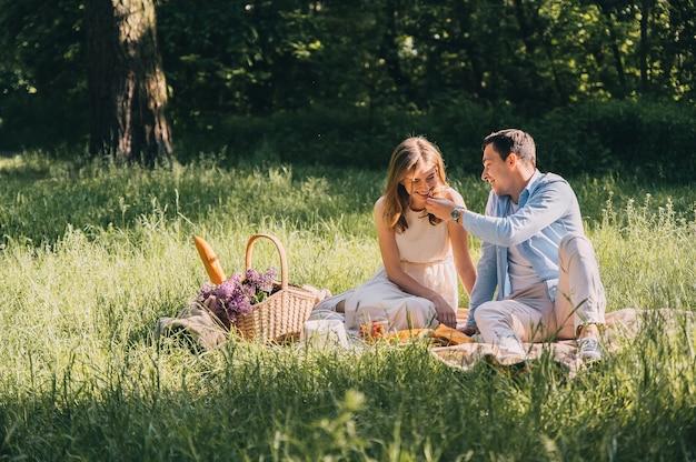 Urocza para zakochanych zorganizowała piknik w wiklinowym koszu w parku