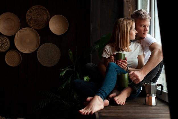 Urocza para zostaje wpólnie indoors z kopii przestrzenią