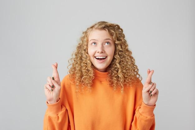 Urocza pozytywna dziewczyna szczerze wierząca w swoje szczęście
