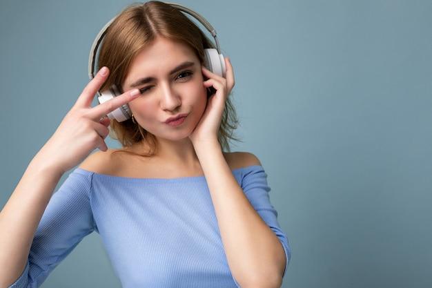Urocza pozytywna seksowna młoda blondynka ubrana w niebieski top!