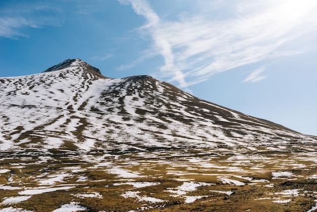 Urocza przyroda, majestatyczne góry i stoki pokryte białym śniegiem, błękitne niebo
