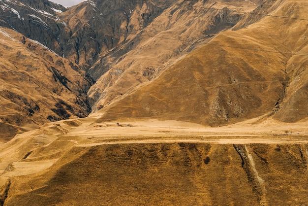 Urocza przyroda, majestatyczne wysokie żółte góry, jesienna przyroda