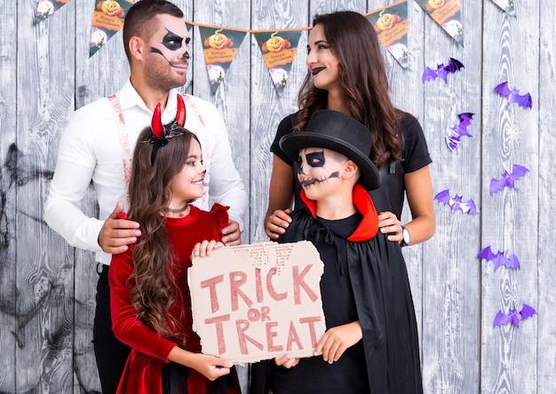 Urocza rodzina przygotowywająca na halloween przyjęcia