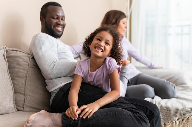 Urocza rodzina spędza czas razem w domu