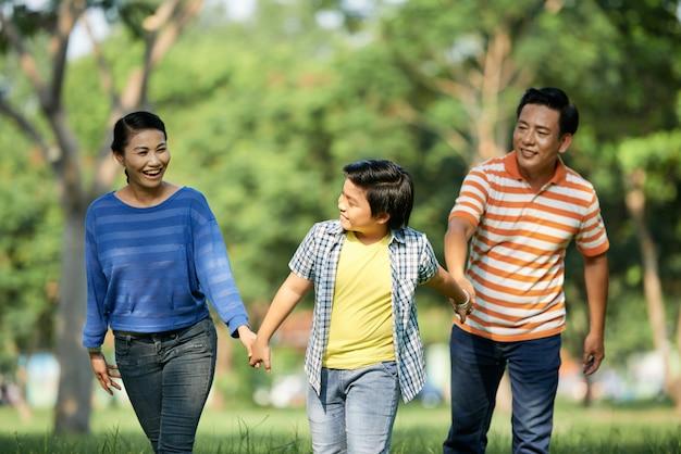 Urocza rodzina spędza dzień na świeżym powietrzu