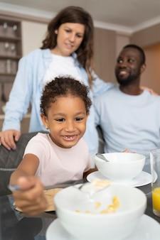 Urocza rodzina spędzająca razem czas w kuchni