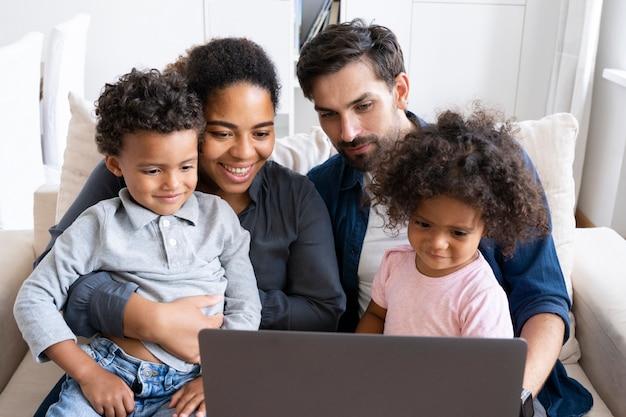 Urocza Rodzina Spędzająca Razem Czas Premium Zdjęcia