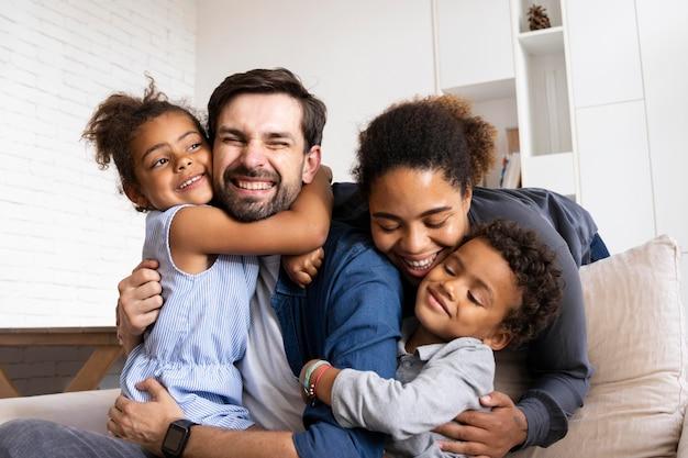 Urocza rodzina spędzająca razem czas