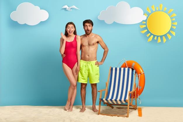 Urocza rodzinna para na tropikalnej plaży