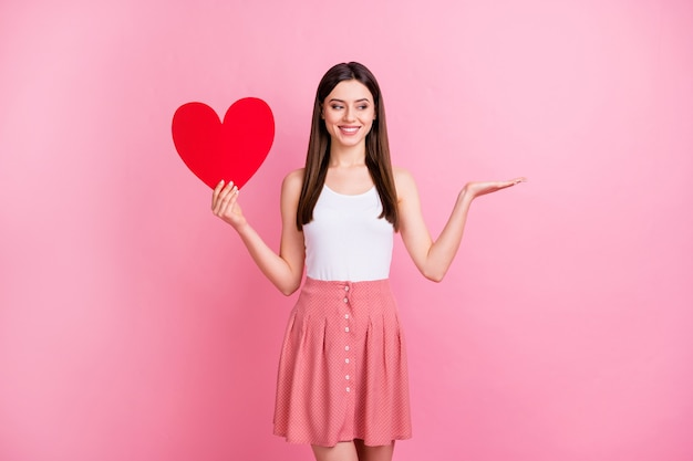Urocza romantyczna dama trzymaj czerwoną papierową kartkę z sercem zademonstruj pustą przestrzeń