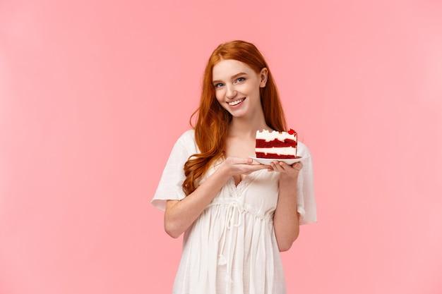 Urocza, romantyczna i kusząca rudowłosa kobieta upiekła pyszną niespodziankę na randkę w walentynki