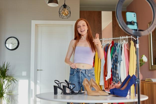 Urocza rudowłosa blogerka dzieli się radością z subskrybentami