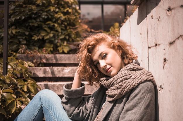 Urocza rudowłosa kobieta w szalik