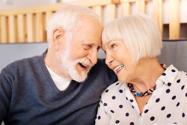 Urocza starsza para obejmująca i uśmiechnięta