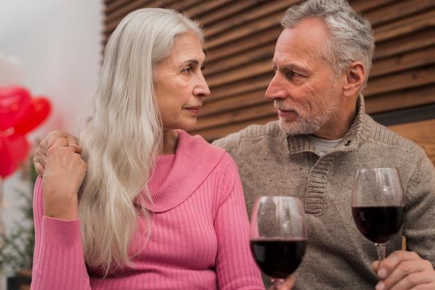 Urocza starsza para patrzeje each inny