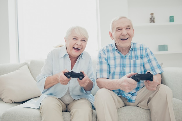 Urocza starsza para pozowanie razem na kanapie