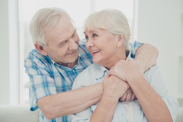 Urocza starsza para pozuje razem w pomieszczeniu
