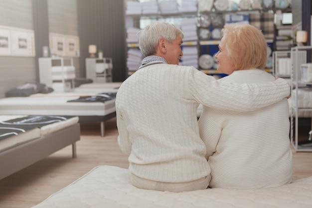 Urocza starsza para robi zakupy w meblarskim sklepie