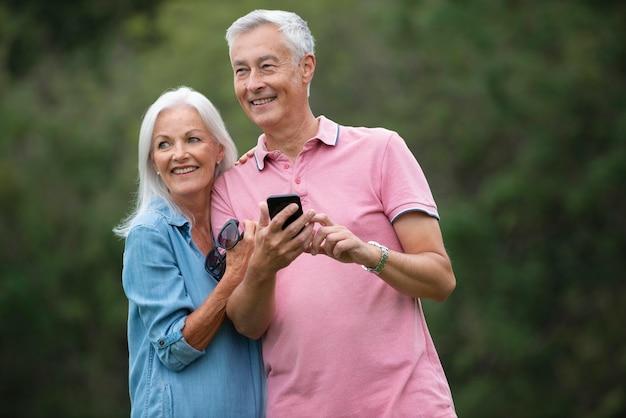 Urocza starsza para spędzająca trochę czasu na świeżym powietrzu