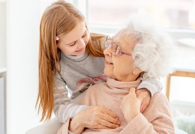 Urocza starzejąca się kobieta i mała dziewczynka