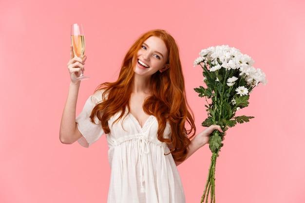 Urocza, szczęśliwa ruda kobieta świętuje, bierze udział w niesamowitej imprezie typu b-day
