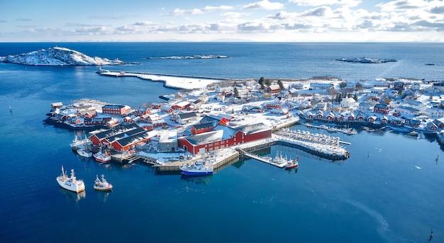Urocza typowa wioska rybacka w reine na lofotach w norwegii. widok z lotu ptaka. obraz panoramiczny. zapierający dech w piersiach zimowy krajobraz.
