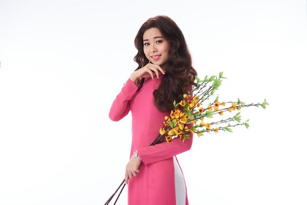 Urocza uśmiechnięta wietnamska kobieta