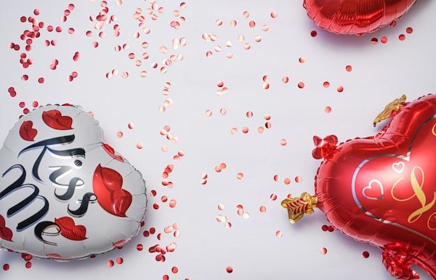 Urocza walentynkowa karta zaproszenie z serduszkami i różą tapetą