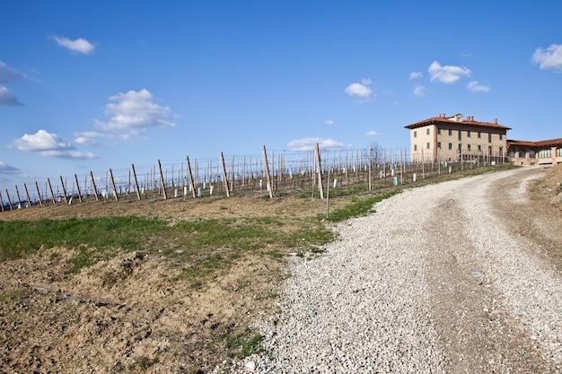 Urocza włoska willa w okolicy monferrato (region piemonte, północne włochy) w sezonie wiosennym